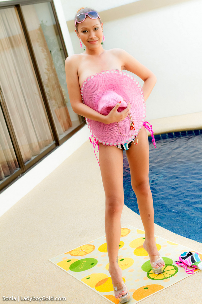 Asian Transexual Sonia - Sonia Pink Pool Play