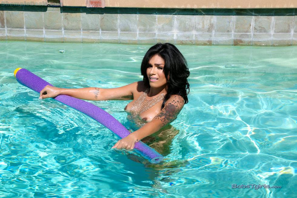 T-Girl Aubrey Starr - Aubrey Starr Cooling Off