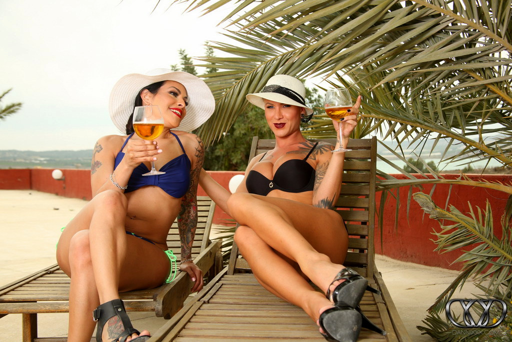 T-Girl Danni Daniels - Foxxy And Danni
